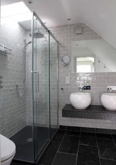 piastrelle grigie, lavandini e rubinetti a muro