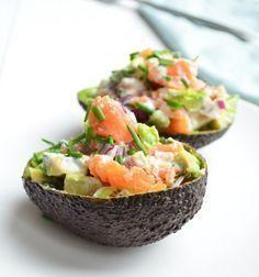 Een lekker en gezond voorgerecht is deze gevulde avocado met zalm. Healthy Appetizers, Appetizers For Party, Healthy Recipes, Avocado Recipes, Avocado Brownies, Avocado Smoothie, Avocado Dessert, Avocado Salad, Avocado Toast