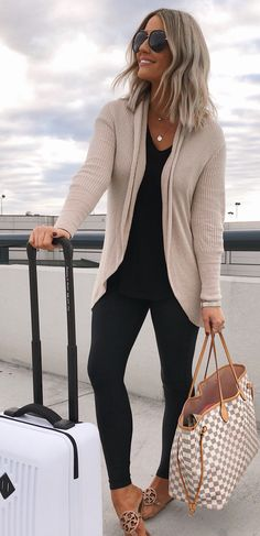 10 Perfect Fall Outfits To Try Now - Leggings Black - Ideas of Leggings Black - Neutral Cardigan and Black Leggings Travel Ideas Travel Packing Travel OOTD Packing Ideas Travel Looks Vacation Outfit Ideas Legging Outfits, Cardigan Outfits, Black Cardigan Outfit, Black Leggings Outfit Summer, Grey Skinny Jeans Outfit, Summer Cardigan, Skinny Jean Outfits, Black Sandals Outfit, Black Jeans Outfit Fall