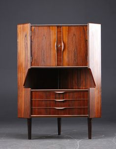 meuble d'angle bar scandinave 1960 Vintage Furniture, Home Furniture, Hutch Cabinet, Room Of One's Own, Mid Century House, Dressers, Sideboard, Mid-century Modern, Bookcase