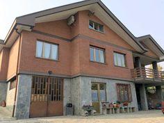 Rivoli. In vendita villa di ampia metratura con terreno e magazzino.