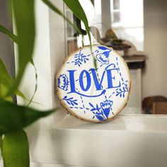 Noëlie | Calligraphique (@calligraphique) • Photos et vidéos Instagram Christmas Bulbs, Holiday Decor, Photos, Instagram, Home Decor, Calligraphy, Objects, Pictures, Decoration Home