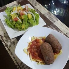 Almuerzos saludables pero no aburridos  - Rollos de carne con verduras molidas - Zoodles con salsa de tomate natural - Ensalada de lechuga romana, tomate, cebolla y aguacate con vinagreta de pimienta con limón #DatosFit #IdeasFit #VidaSaludable #NoEsDieta