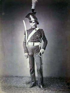 Ces photographies montrent des vétérans de la Grande Armée et de la Gardede Napoléon vêtus de leurs uniformes et de leurs insignes d'origine. Elles ont été prises le 5 mai 1858 lors d'un rassemblement des vétérans commémorant la date d'anniversaire de la mort de Napoléon. Elles viennent de l'Université Brown.
