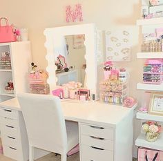 🎀VANITY LIFE🎀 ** Morning Beauty Room Inspiration** Today's beauty room is simple , organized, and very pink! That's our kind of room 👍🏻 📷- go check out her beautiful page , show her some love and likes! My New Room, My Room, Sala Glam, Rangement Makeup, Vanity Room, Ikea Vanity, Vanity Decor, Makeup Rooms, Makeup Desk