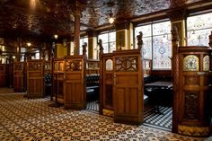 The Crown Liquor Saloon or Crown Bar in Belfast is one of the most beautiful pubs in Ireland, and one of the most traditional. Irish Pub Interior, Irish Pub Decor, Bar Interior, Café Bar, Pub Bar, Restaurant Bar, Restaurant Design, Ireland Pubs, Belfast Ireland