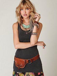 Pochete - Hippie chique    Para os fãs de peças no estilo hippie, a pochete de couro marrom vai cair como uma luva em seu guarda-roupa. O assessório carrega um ar mais rústico e simples ao look, sem deixá-lo agressivo. O item fica perfeito com saias longas de algodão, camisetas regatas (ou mesmo blusinhas de alcinhas) e muitos acessórios – como pulseiras, anéis, colares e brincos – que ajudam a trazer mais sofisticação ao visual.