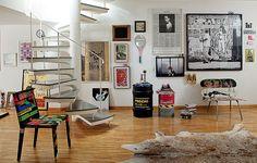 Ampla e com poucos móveis, a sala deste dúplex pode ser o que a moradora Carla Ribeiro quiser: pista de dança, espaço de meditação e até academia de ginástica. A parede de quadros foi composta com a ajuda do arquiteto Guto Requena