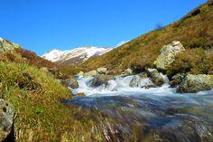 Primeros pasos del río Carrión a escasos metros de la laguna de fuentes carrionas que se encuentra en el parque natural fuentes carrionas y fuentes cobre, montaña palentina.
