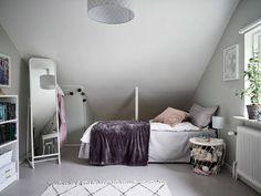 Välskött 1950-talsvilla med underbar trädgård nära Härlanda tjärn - Stadshem Toddler Bed, House, Furniture, Home Decor, Child Bed, Decoration Home, Home, Room Decor, Home Furnishings