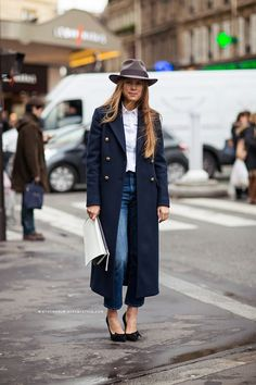 The year is about to end, but it's not too late for you to wear the biggest fashion trends! Take a stylish rundown of the year's hottest fads by trying these pieces: Crop Top Your fashion year will definitely be incomplete if you don't try a crop top...