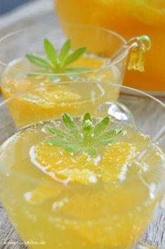 Waldmeisterbowle mit saftigen Orangen