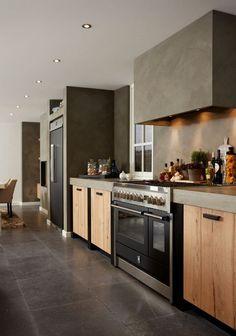 Geheel op maat gemaakte gebalkt eiken keuken met zwarte stollen, gecombineerd met RVS en zwart Steel apparatuur. www.demulderkeukensopmaat.nl