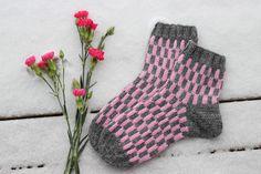 Mulle iski tuossa joku viikko takaperin yhtäkkiä mielihalu neuloa vähän hempeämmillä väreillä, mutta jotain epähempeää kuviota. Niin... Knitting Socks, Leg Warmers, Mittens, Gloves, Winter, Crafts, Ideas, Fashion, Knit Socks