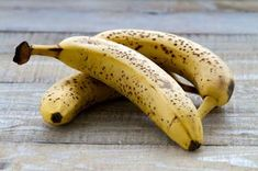 Whether you enjoy eating bananas for breakfast, as a snack, or mixed in with your favorite dessert, you can make the most of this fruit by slowing down the ripening process. If you need to know how to preserve bananas, look no further! Renal Diet Food List, Dialysis Diet, Egg Substitute Recipe, Frozen Banana Recipes, Banana Treats, Kidney Friendly Foods, Eating Bananas, Leaf Tv, Kidney Health