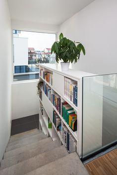 Haus S. - beidseitig nutzbares Bücherregal über drei Geschosse - stkn architekten