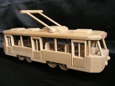 Houten speelgoed. Handgemaakte natuurlijke speelgoed gemaakt van hoge kwaliteit hout in Tsjechië, EU. De gecertificeerde speelgoed zijn niet gekleurd, net gewaxt en gepolijst. Heerlijk aangenaam om aan te raken. Ze hebben een mooie retro bochten en perfecte afwerking.  Op voorraad www.soly-toys.com