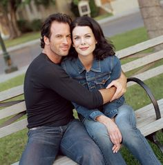 A gallery of Gilmore Girls publicity stills and other photos. Featuring Alexis Bledel, Lauren Graham, Scott Patterson, Jared Padalecki and others. Estilo Rory Gilmore, Gilmore Girls Lorelai, Gilmore Girls Seasons, Luke And Lorelai, Girls Tv Series, Movies And Series, Lauren Graham, Stars Hollow, Alexis Bledel