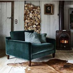 This fabulous green velvet love seat from @barkerandstonehouse is dying to come and live at my house, it would look perfectly at home against my inky blue walls. Not sure I would ever move from that spot though! Keeps popping up on my feed, it's definitely a sign! 😋 Speaking of things I love, you can now shop some of my fave homewares directly from my blog so go take a peek! Link in my bio 👆🏼🖤💚 #loveseat #snuggler #barkerandstonehouse #ukblogger #interiorblog #iblog #velvet #texture…