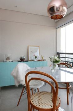 Mármore na decoração - Luiza Gomes Dinner Room, Dinner Table, Minimalist Decor, Minimalist Design, American Kitchen, Beautiful Dining Rooms, Large Table, Room Interior Design, Small Apartments