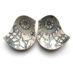 Elizabeth Prince  é a criadora destas maravilhosas peças decorativas em cerâmica, cada uma feita à mão artesana...