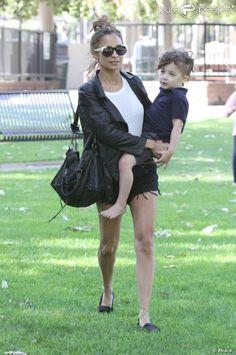 Nicole Richie passe du temps avec ses enfants Harlow et Sparrow dans un parc de Beverly Hills à Los Angeles, le 12 avril 2013