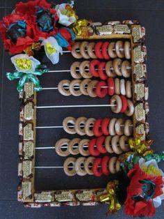 основа из пенопласта,цветы из гофрированной бумаги внутри конфеты шоколодные,бублики сьедобные обернуты тоже в гофробумагу