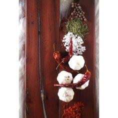 Tabla de cocktail de madera nativa recuperada.  La madera es un vieja estaca de roble apellinado que fue encontrado tirada en un bosque del sur de Chile.  Se conservan las huellas naturales de la madera y de su uso. Las grietas fueron rellenadas con resina epóxica coloreada con un blanco perlado. Pieza única. Epoxy, Wooden Boards, Oak Tree, Foot Prints, Woods, White People