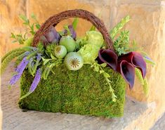 """Moss Purse with Wicker Handle. could easily make the handle from grapevine """"garland"""" or half of a wreath. so sweet to accent a jewelry display or for an older flower girl or jr bridesmaid bouquet alternative Deco Floral, Arte Floral, Floral Design, Flower Bag, Flower Show, Love Flowers, Beautiful Flowers, Unique Flowers, Fresh Flowers"""