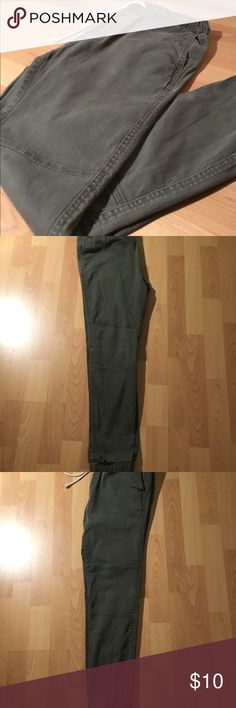 Olive Green H&M skinny sweat pants. It's in great condition, no rips or holes , great for the winter times .skinny from the bottom H&M Jeans Skinny