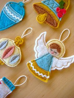Awesome blog, with awesome crafts, including these felt ornaments for an advent calendar.