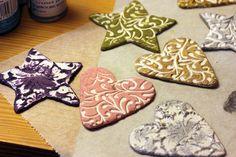 Tän päivän hommia, maalailen mun taikataikina ornamentteja. ;)