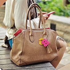フォーマルな服はもちろん、デニムなどカジュアルな服にも合わせやすい。A4書類やパソコンもすっきり収納できます。  (働く女子みんなでつくるGIRLS BAG/Normal ¥12,600)