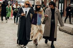 Street Style Takes A Practical Turn At New York Fashion Week New York Fashion Week Street Style, Street Style Summer, Cool Street Fashion, New York Outfits, City Outfits, 50 Fashion, Autumn Fashion, Style Fashion, Stockholm Fashion Week