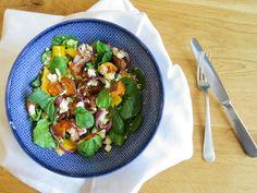 VEGGIE BOWL Dit is typisch een 'rainbow recipe': puur en smaakvol, met een variatie aan ingrediënten. Zoete aardappel, spinazie, geroosterde pompoenpitten en geitenkaas spelen de hoofdrol in dit recept. En deze ingrediënten zijn een goede match.