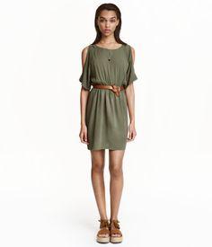 Khakigrün. Kurzes Kleid aus gekreppter Viskose. Modell mit kurzen Raglanärmeln und Cut-outs an den Schultern. Geknöpfter Nackenschlitz. Gummizug in der