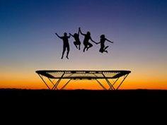 Mini-Trampoline sind nur etwas für Kinder? Von wegen! Besonders Erwachsene können von dem effektiven Hüpf-Workout profitieren, indem sie ihre Kraft und Ausdauer stärken – und gleichzeitig jede Menge Spaß haben: Hüpfen Sie sich fit! | http://eatsmarter.de/blogs/ingo-froboese/huepfen-sie-sich-fit