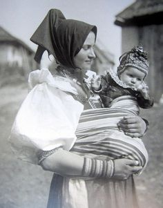 A mum in Važec, Slovakia in 1925 wears her baby. Mother And Child, Baby Wearing, Old Photos, Persona, Portrait Photography, Childhood, Statue, History, Couple Photos