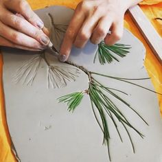 Making ceramic prints with leaves: the newest form of design therapy. - Making ceramic prints with leaves: the newest form of design therapy. ⠀ Video and trial by yasemi - Diy Clay, Clay Crafts, Diy And Crafts, Arts And Crafts, Plaster Crafts, Pottery Gifts, Handmade Pottery, Pottery Tools, Slab Pottery