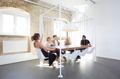 Com balanços no lugar de cadeiras, mesa traz descontração para reuniões de trabalho