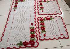 Jogo de cozinha em crochê modelo triangulos com flores aplicadas com 3 peças. Pode ser confeccionada em outras cores.l