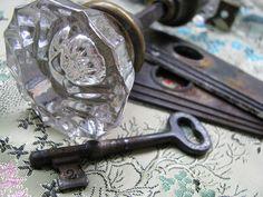 Vintage Glass Door Knob Set with Skeleton Key and Hardware Antique Keys, Vintage Keys, Antique Glass, Vintage Doors, Knobs And Knockers, Knobs And Handles, Door Handles, Old Keys, Glass Door Knobs