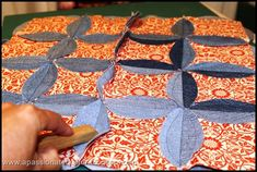 great tutorial of the circle jean quilt. I'm still only in the cutting stages and I plan to use different colored fabrics in each square. Quilting Tips, Quilting Tutorials, Quilting Projects, Quilting Designs, Sewing Projects, Blue Jean Quilts, Denim Quilts, Cathedral Window Quilts, Cathedral Windows