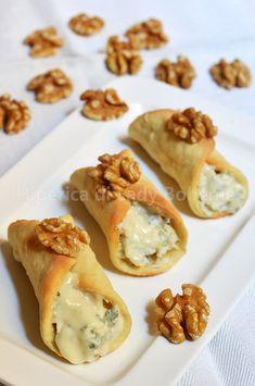Hiperica Lady Boheme: Recipe savory cannoli with gorgonzola and walnuts Finger Food Appetizers, Appetizer Recipes, Fingers Food, Wine Recipes, Cooking Recipes, Cannoli Recipe, Cannoli Cake, Cannoli Dip, Cannoli Cream