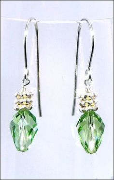 This jewelry making Christmas holiday lights earring kit features peridot green Swarovski teardrop beads with silver finish spacer beads, sterling silver headpins and shepherd hook earwires. Beaded Earrings, Earrings Handmade, Beaded Jewelry, Flower Earrings, Diy Schmuck, Schmuck Design, Diy Jewelry Inspiration, Jewelry Ideas, Holiday Jewelry