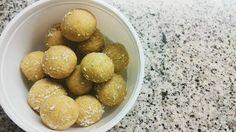 Coconut and lemon balls 😍 // Trufas de limão e côco para snack 👌😋 . . . . . . #vegan #veganfood #whatveganseat #crueltyfree #plantbased #delicious #snack  #instafood #recipes #healthy #healthyfood #healthylifestyle #fitness #bbgcommunity #fit #blogger #meals #veganism #womenshealth #eusouwh #desafiodiasfit #gorduranaodorme #patrincar #missfitteam #juntossomosmaisfit #alimentacao #saudável #receitas #vegetarianismo #culinária
