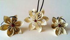 Baumschmuck aus Notenpapier in Form von romantischen Blüten