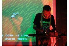 Coleco Music: Jugando a sonar en 8 bits. Coleco es el nickname de Pavlo, como creador de música con videojuegos y sintetizadores antiguos, usando como soporte (instrumento) compositivo, los sonidos low-fi de los microprocesadores en 8 bits de las consolas o gameboys. Es decir, composición de música actual (de sonido electrónico), hecha con tecnología ya casi en desuso o precaria, si se quiere.