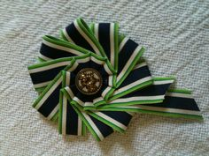 how to make a ribbon cocarde Ribbon Rosettes, Diy Ribbon, Ribbon Work, Fabric Ribbon, Ribbon Crafts, Fabric Flowers, Ribbon Projects, Grosgrain Ribbon, Fabric Crafts