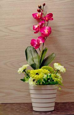 bunga anggrek dengan rumpun bunga gardena dalam vas putih minimalis